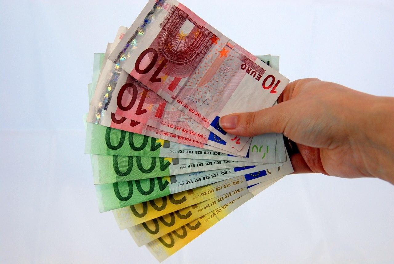 Geldscheine aufgefächert in der Hand